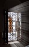 Lichte komst binnen door een venster stock afbeeldingen