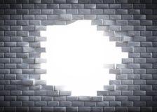 Lichte komst door een gat in een baksteen wal Stock Afbeeldingen