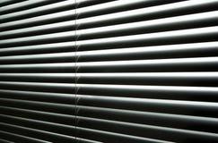 Lichte komst door gesloten metaalzonneblinden Royalty-vrije Stock Afbeelding