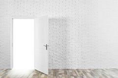 Lichte komst uit door geopende deur in bakstenen muur royalty-vrije stock foto's