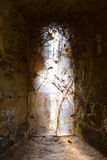 Lichte komst uit een oud gotisch venster van middeleeuws kasteel, Carisbrooke-Kasteel, Nieuwpoort, het Eiland Wight, Engeland Stock Afbeelding