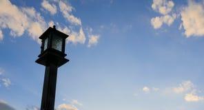 Lichte lamp met bewolkte duidelijke blauwe hemel Stock Foto