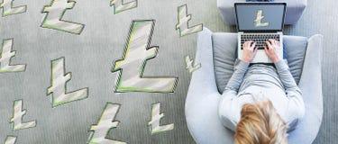 Lichte Muntstukken met de mens die laptop met behulp van Stock Foto's