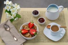 Lichte Ontbijtkoffie met melk en muesli, verse aardbeien, jam royalty-vrije stock foto's