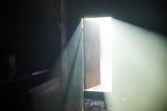 Lichte open deur in een donkere ruimte Royalty-vrije Stock Afbeeldingen
