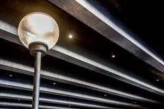 Lichte post onder concrete stralen royalty-vrije stock afbeeldingen