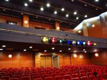 Lichte projectoren met gekleurde filters - theaterzaal stock afbeeldingen