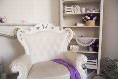 Lichte retro stoel op de achtergrond van een plank Royalty-vrije Stock Afbeelding