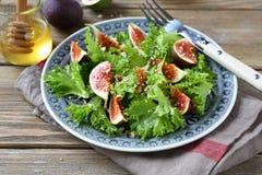 Lichte salade met fig., sla en honing op een plaat Stock Afbeelding