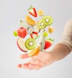 Lichte salade met vliegende verse vruchten Royalty-vrije Stock Foto's