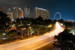 Lichte slepen en cityscape in Singapore bij schemer stock afbeelding