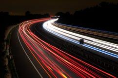 Lichte slepen op een autosnelweg bij nacht Stock Afbeeldingen