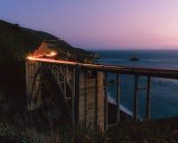 Lichte slepen over oceaanbrug royalty-vrije stock fotografie