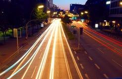 Lichte slepen van nachtverkeer in moderne stad Royalty-vrije Stock Afbeeldingen