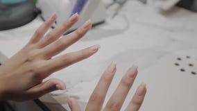 Lichte spijkersmeisjes na het verwijderen van vernis stock video