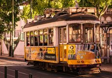 Lichte spoor gele tram royalty-vrije stock afbeeldingen