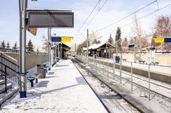 Lichte Spoorpost die in Sneeuw op Sunny Winter Day wordt behandeld stock foto's