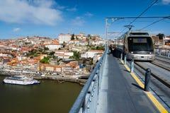 Lichte spoortrein in Porto Stock Afbeeldingen