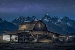 Lichte verf op Thomas Molton Barn, een deel van de Mormoonse Rij op het Nationale Park van Grand Teton Ook met Melkweg achter het royalty-vrije stock afbeelding