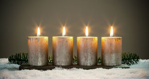 Lichte vier komstkaarsen met gelijken royalty-vrije stock afbeelding