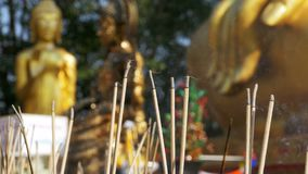 Lichte Wierookstokken met Rook in Boeddhistische Tempel thailand Pattaya stock videobeelden
