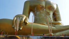 Lichte Wierookstokken met Rook in Boeddhistische Tempel thailand Pattaya stock footage
