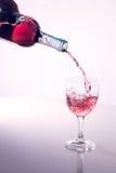 Lichte wijn die in wijnglas wordt gegoten Royalty-vrije Stock Foto