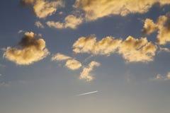 Lichte wolken bij zonsondergang Stock Foto