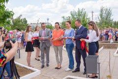 Lichte Yar Het gebied van Volgograd Rusland - Juni 2 2017 Olympische kampioen Yelena Isinbayeva en Sofia Velikaya bij het openen  Stock Foto
