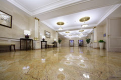 Lichte zaal met beelden in Hotel de Oekraïne Stock Afbeeldingen