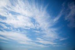 Lichte zachte wolk op een blauwe hemel Royalty-vrije Stock Afbeeldingen