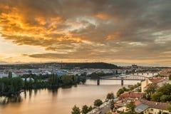 Lichte zonsonderganghemel over Vltava in Praag, Tsjechische republiek Royalty-vrije Stock Afbeeldingen