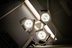 Lichten boven een chirurgielijst royalty-vrije stock fotografie