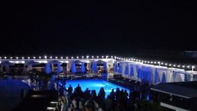 Lichten die in de Nachtclub dichtbij Pool draaien toen de Mensendans vertroebelde stock videobeelden