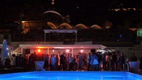 Lichten die in de Nachtclub dichtbij Pool draaien toen de Mensendans vertroebelde stock footage