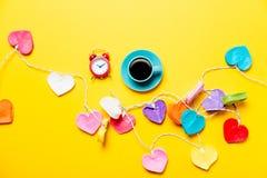 Lichten en kop van koffie met klok Stock Afbeelding