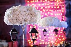 Lichten en lantaarns in de nacht Het Banket van het Bokehhuwelijk De stoelen en de rondetafel voor gasten Royalty-vrije Stock Fotografie