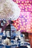 Lichten en lantaarns in de nacht Het Banket van het Bokehhuwelijk De stoelen en de rondetafel voor gasten Stock Afbeelding