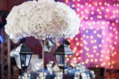 Lichten en lantaarns in de nacht Het Banket van het Bokehhuwelijk De stoelen en de rondetafel voor gasten Royalty-vrije Stock Afbeeldingen