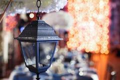 Lichten en lantaarns in de nacht Het Banket van het Bokehhuwelijk De stoelen en de rondetafel voor gasten Stock Foto