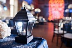 Lichten en lantaarns in de nacht Het Banket van het Bokehhuwelijk De stoelen en de rondetafel voor gasten Royalty-vrije Stock Afbeelding