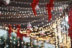 Lichten en lantaarns in het huwelijk Bokeh Kaars lichte close-up met Bokeh-achtergrond Gelukkige Nieuwe jaren en Kerstmisviering stock fotografie