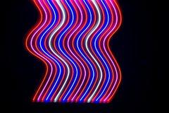 Lichten en strepen die zich snel over donkere achtergrond bewegen royalty-vrije stock afbeelding