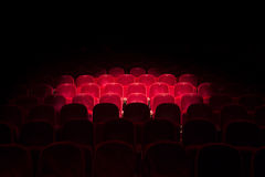 Lichten op rode zetels in een theater Royalty-vrije Stock Foto's