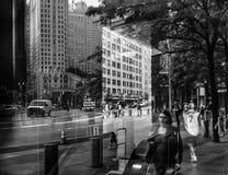 Lichten, schaduwen en bezinningen over de straten van NYC royalty-vrije stock afbeelding