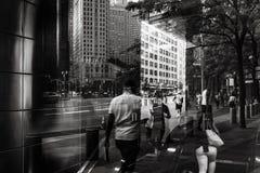 Lichten, schaduwen en bezinningen over de straten van NYC stock afbeeldingen