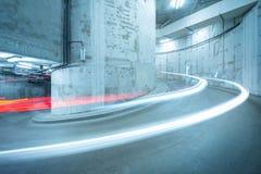 Lichten van de bewegende auto boven de spiraalvormige weg Royalty-vrije Stock Afbeeldingen