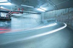 Lichten van de bewegende auto boven de spiraalvormige weg Royalty-vrije Stock Foto's