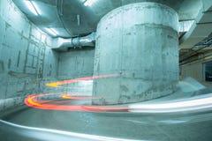 Lichten van de bewegende auto boven de spiraalvormige weg Stock Fotografie