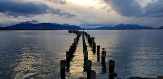 Lichten van de zonsondergang over de overblijfselen van de pijler, Puerto Natales, Chili royalty-vrije stock afbeelding